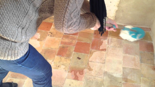 Décrasser son sol en terre cuite