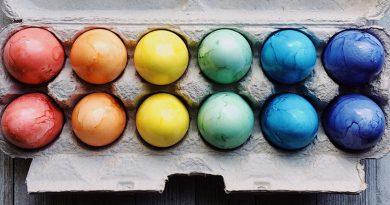 Colorer les œufs de Pâques