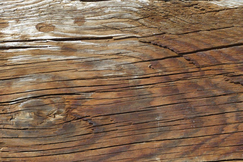 Comment réparer un bois fendu ?